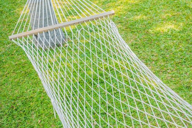 Pusty hamak w ogrodzie