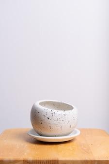Pusty i piękny gliniany doniczka na stół z drewna