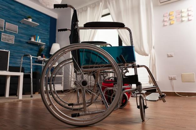 Pusty, jasny salon, w którym nikt nie jest gotowy na pomoc w terapii medycznej