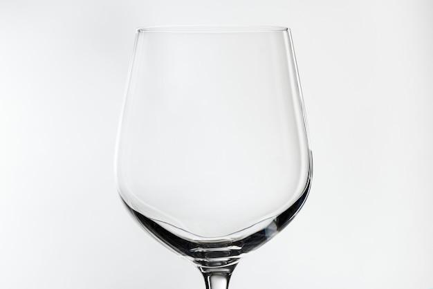 Pusty kieliszek do wina czerwonego na białym tle