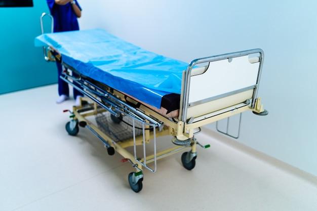 Pusty korytarz szpitalny z chirurgicznym sprzętem transportowym.