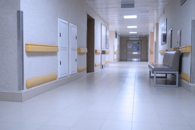 Pusty korytarz w tle nowoczesnej kliniki medycznej