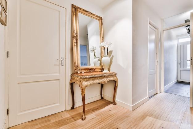 Pusty korytarz zaprojektowany w minimalistycznym stylu