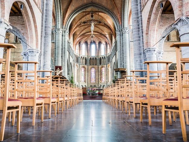 Pusty kościół matki bożej (xiii wiek) w lissewege, belgia