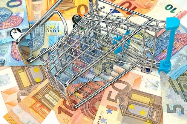 Pusty koszyk na banknoty euro. koncepcja zakupów, pieniądze w euro w koszyku. zakupy, pożyczka, oszczędność pieniędzy, emerytura, koncepcja inwestycji