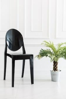 Pusty krzesło z wazową rośliną