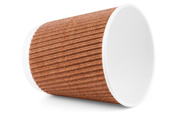 Pusty kubek kawy kraft na wynos na białym tle ze ścieżką przycinającą