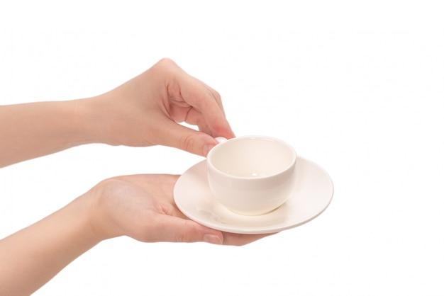Pusty kubek kawy w ręce kobiety na białym tle.