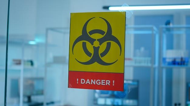Pusty laboratoryjny obszar zagrożenia, w którym nikogo nie ma, przygotowany na innowację farmaceutyczną przy użyciu zaawansowanych technologicznie i mikrobiologicznych narzędzi do badań naukowych