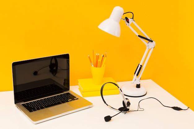 Pusty laptop i słuchawki