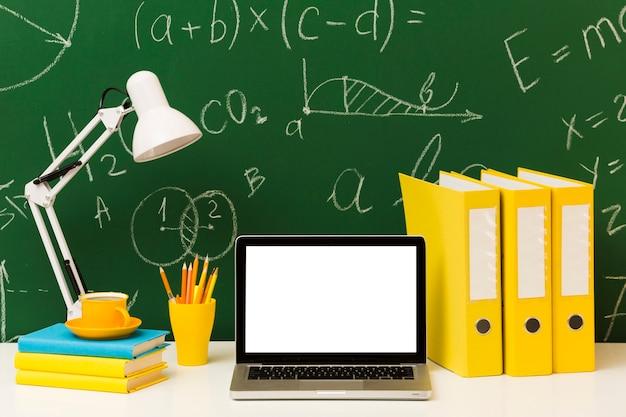 Pusty laptop na biznesowym biurku