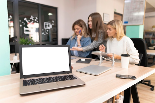 Pusty laptop obok współpracowników