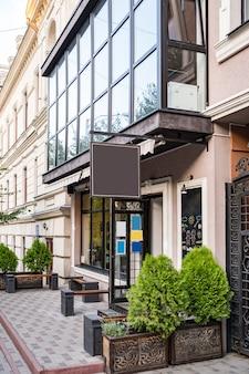 Pusty makieta projekt szyldu kawiarni na ładnym budynku na zewnątrz
