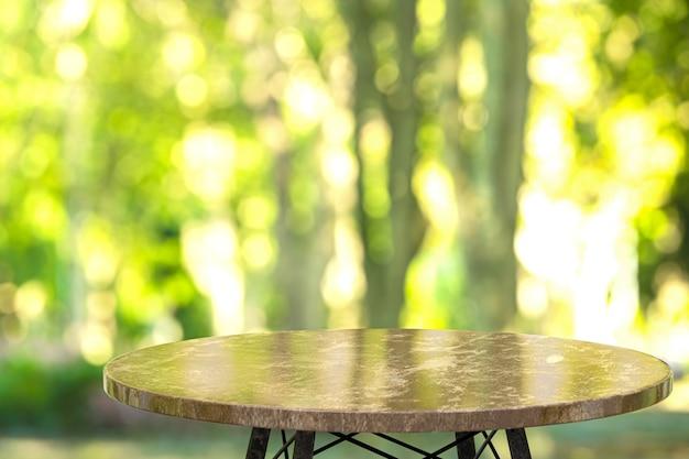 Pusty marmurowy stół do wyświetlania produktów przed restauracją, abstrakcyjne rozmycie tła, puste miejsce na kopię, plakaty