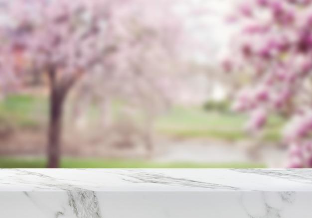 Pusty marmurowy stół na tle kwiatu wiśni w ogrodzie produktu