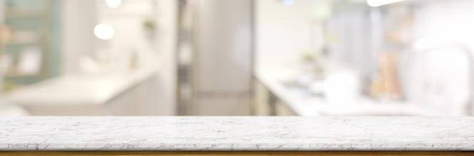 Pusty marmurowy stół w niewyraźne pomieszczenie kuchenne