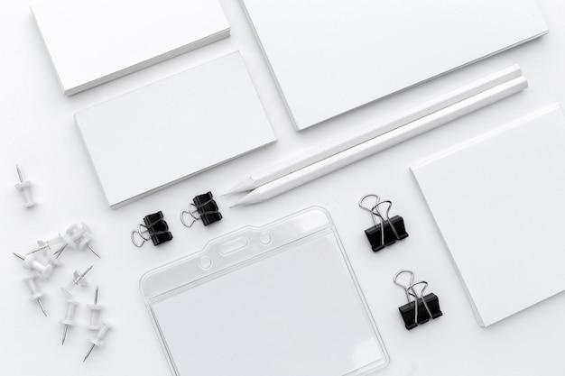 Pusty materiały dla biznesowego oznakować odizolowywam na białym tle