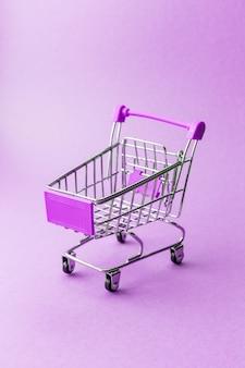 Pusty metalu zakupy tramwaj na purpurach