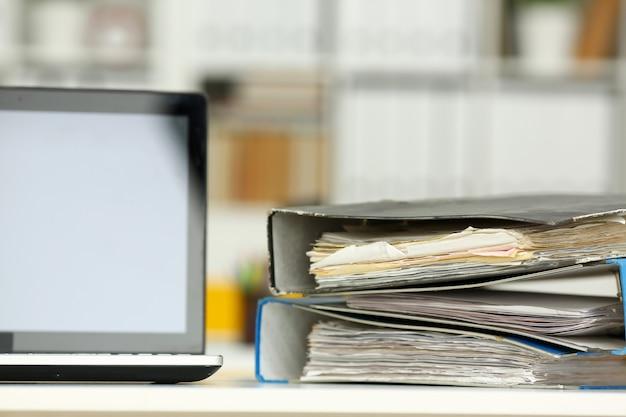 Pusty miejsce pracy w biurowym zbliżeniu