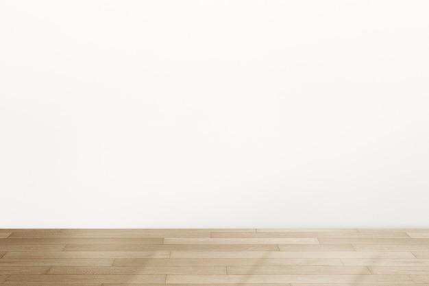 Pusty, minimalistyczny wystrój wnętrza pokoju z naturalnym światłem