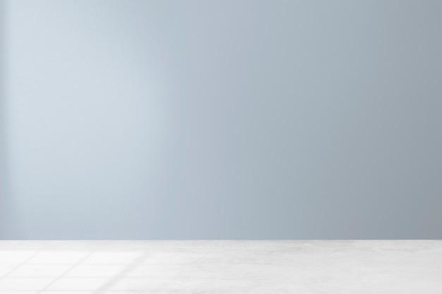 Pusty minimalistyczny wystrój wnętrza pokoju z pastelową niebieską ścianą