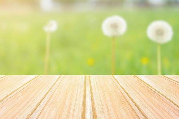 Pusty niebieski drewniany stół z niewyraźne park miejski na tle. koncepcja strony, produkty, tło lato