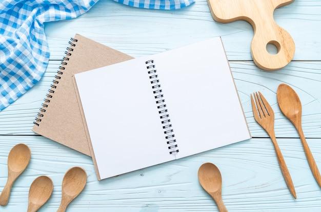 Pusty notatnik dla notatki tekstowej na drewnianej powierzchni