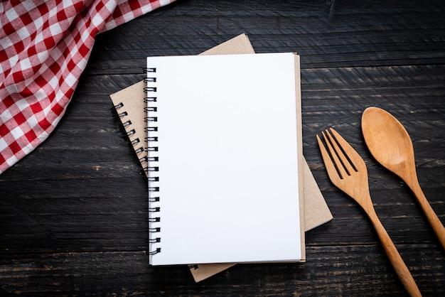 Pusty notatnik do notatki tekstowej na powierzchni drewnianych z kopii sapce