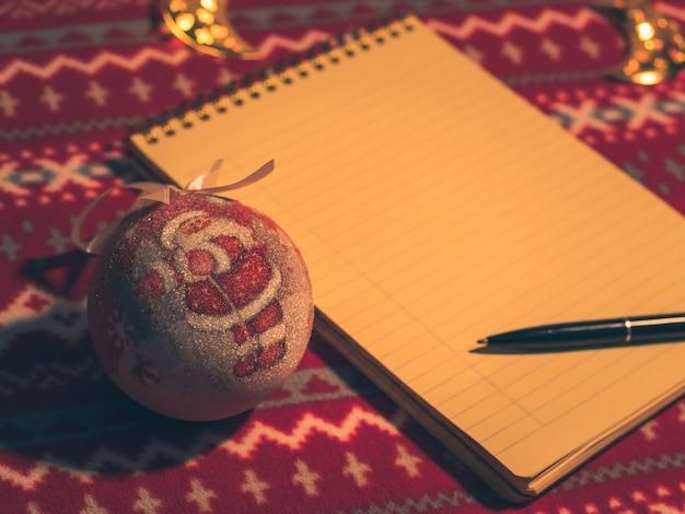Pusty notatnik do pisania noworocznych postanowień, świątecznych dekoracji,