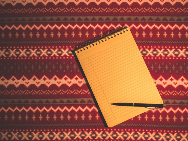 Pusty notatnik do pisania postanowień noworocznych, świątecznych dekoracji, widok z góry