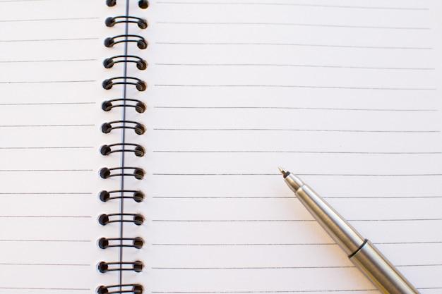 Pusty notatnik i długopis.