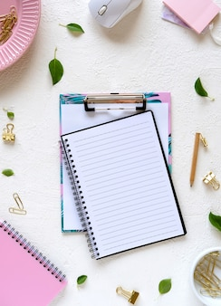Pusty notatnik i materiały na białym tle. makieta do projektowania