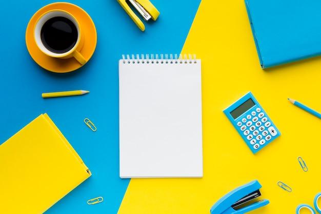Pusty notatnik i napój kawowy