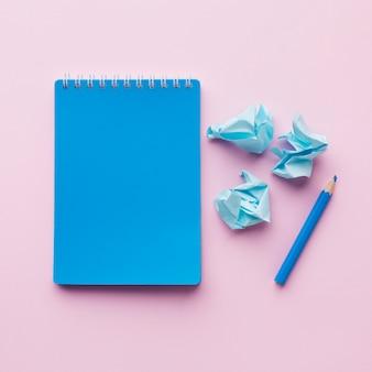 Pusty notatnik i pokruszony papierowy widok z góry
