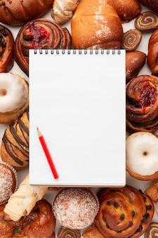Pusty notatnik i słodkie ciasto