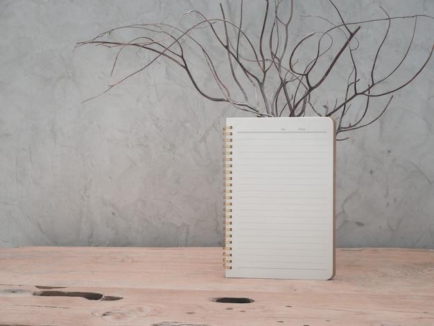 Pusty notatnik na drewnianym stole z drewna tekowego