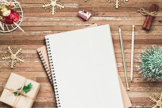 Pusty notatnik na drewnie z bożenarodzeniowymi ornamentami