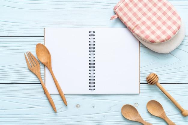 Pusty notatnik na notatkę tekstową na drewnianej powierzchni z kopią sapce