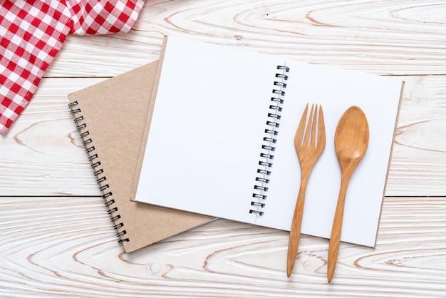 Pusty notatnik na powierzchni drewnianych