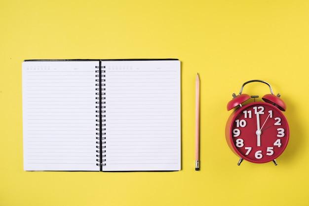 Pusty notatnik na przestrzeni roboczej