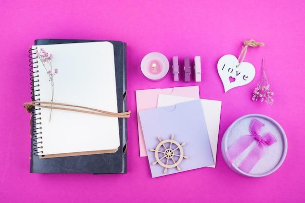 Pusty notatnik na różowo