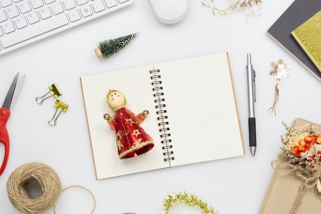 Pusty notatnik na świąteczną listę życzeń lub listę rzeczy do zrobienia.