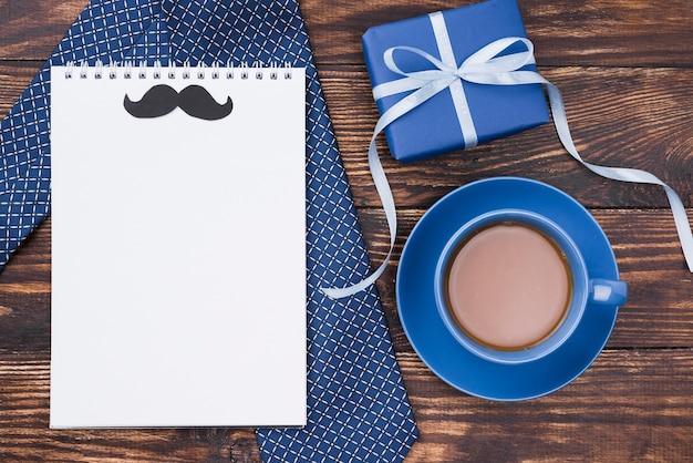 Pusty notatnik na wiadomości z życzeniami na dzień ojca
