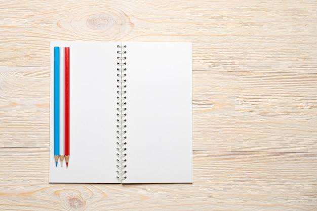 Pusty notatnik otwarty na białym stole biurowym