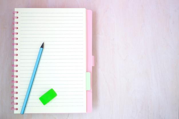 Pusty notatnik papier do tekstu z niebieskim ołówkiem