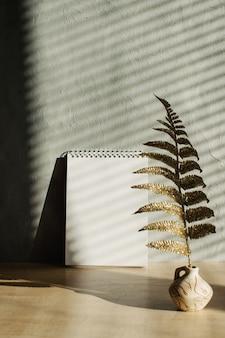 Pusty notatnik z cieniami i twardym światłem