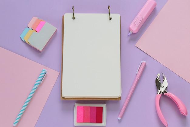 Pusty notatnik z papeterią w modnych pastelowych kolorach.