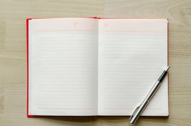 Pusty notatnik z piórem na stole drewna obszar wprowadzania tekstu