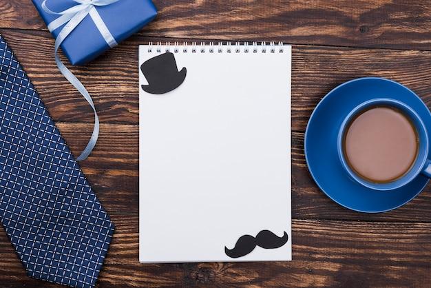 Pusty notatnik z wąsem i dzień ojca w kapeluszu