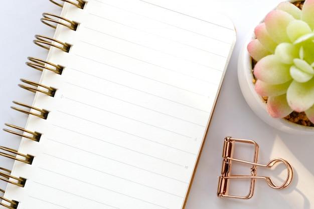 Pusty notatnika papier na bielu marmuru tle z kopii przestrzenią dla teksta, odgórny widok